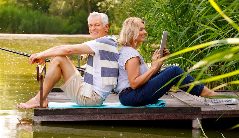 Two people relaxing during retirement thanks to the best retirement planning blogs of 2019.